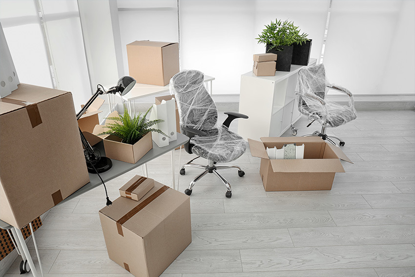 Ultra Umzüge – Büromöbel, die eingepackt und bereit zum Transport sind