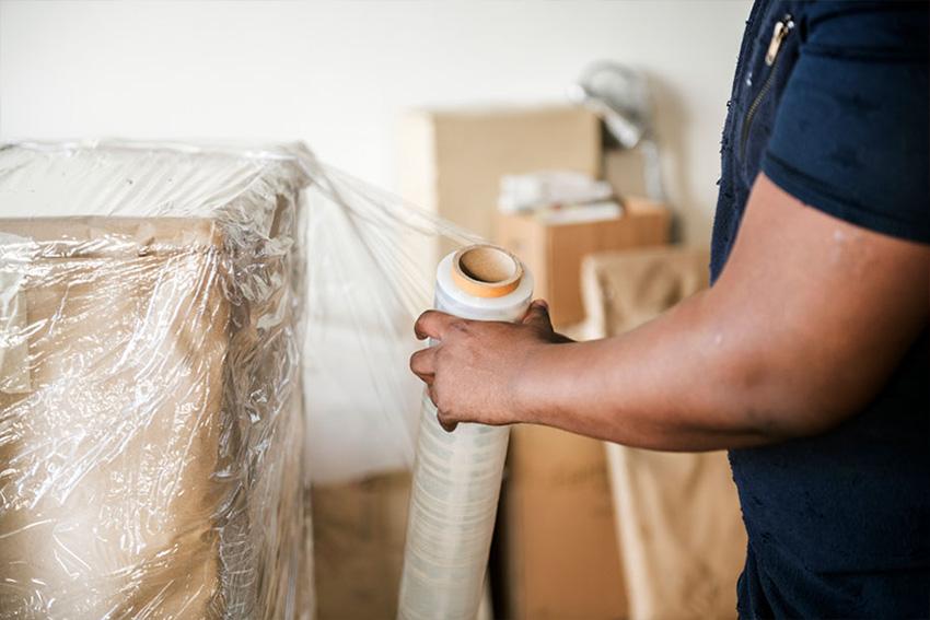 Ultra Umzüge – Ein Möbelstück wird in Folie eingewickelt