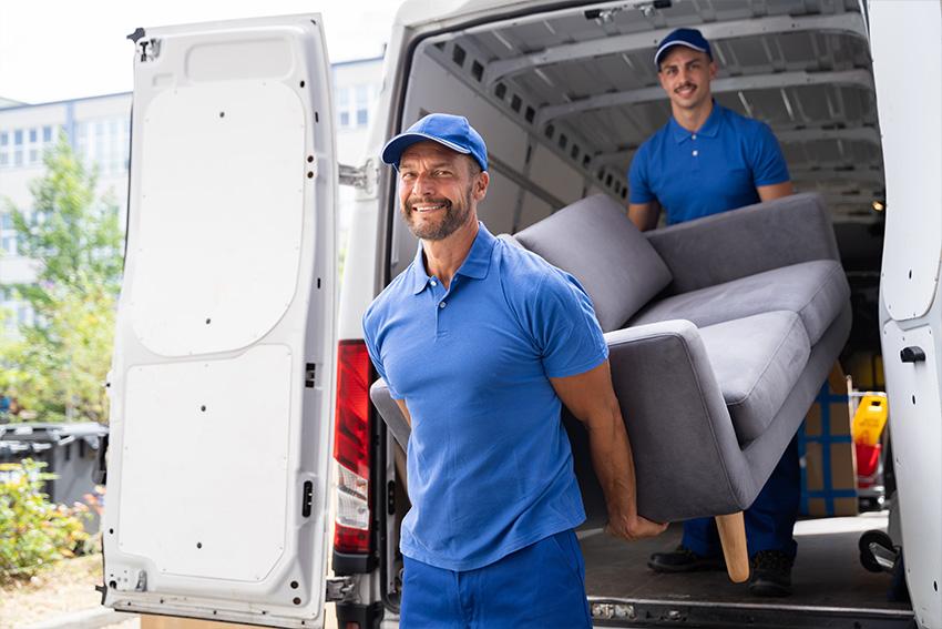 Ultra Umzüge – Ummzugshelfer, die einen Sofa aus einem Transporter tragen