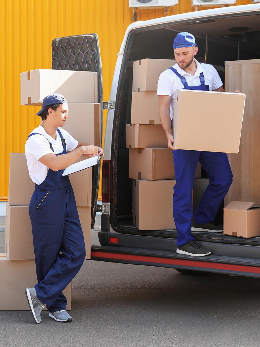 Ultra Umzüge – Möbelpacker holen nach der Fahrt die Kartons aus dem Transporter heraus