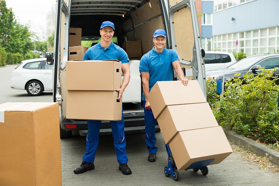 Ultra Umzüge – Umzugsteam vor einem geöffneten Transporter mit Kartons