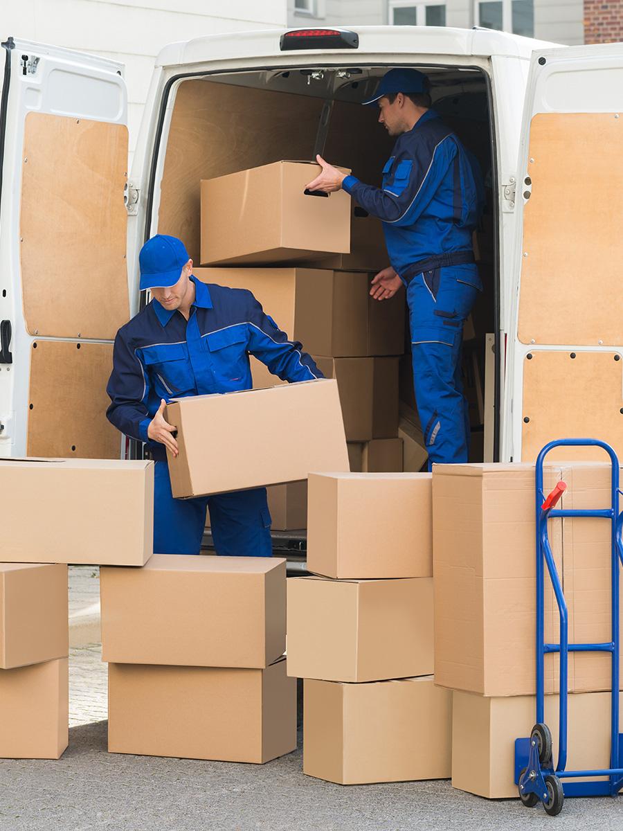 Ultra Umzüge – Möbelpacker entladen einen Transporter