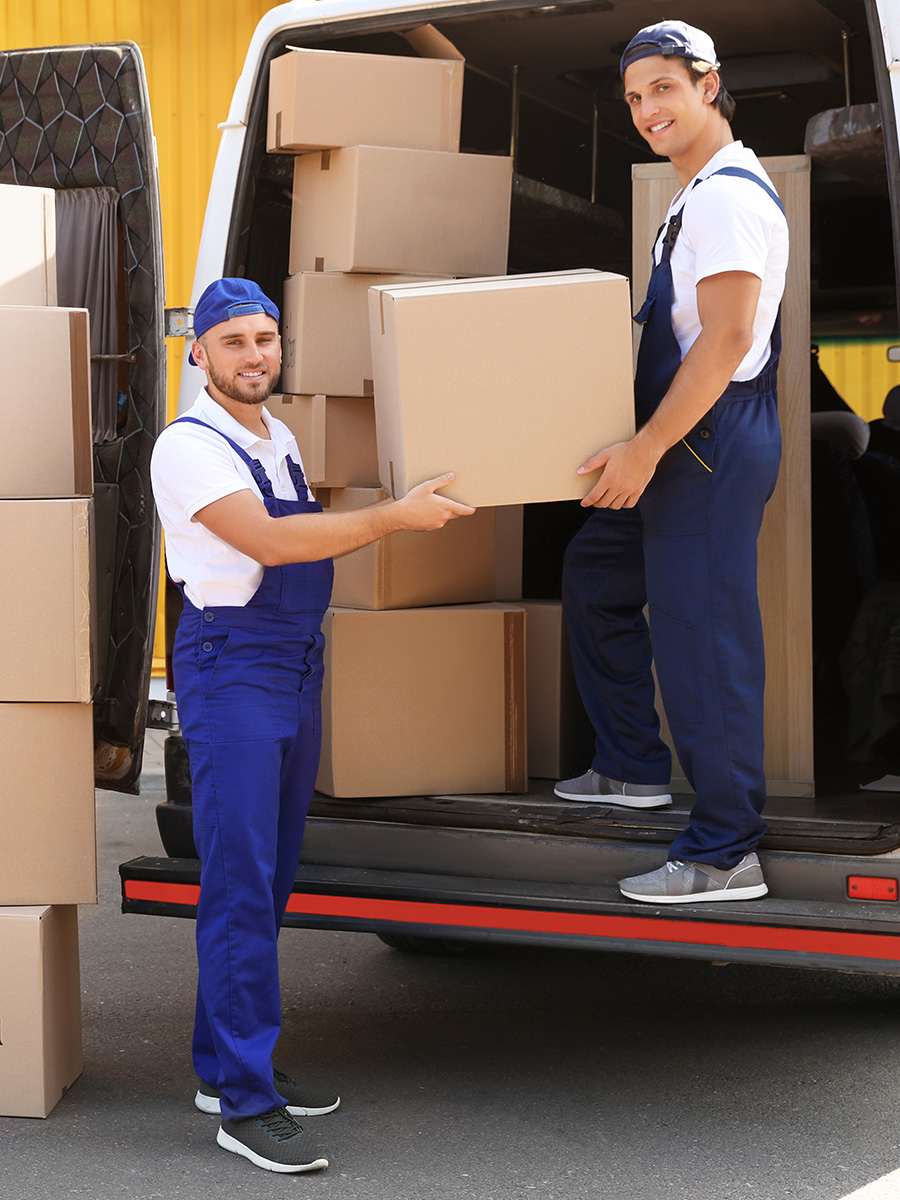 Ein mit Kartons beladener Transporter wird von zwei Möbelpackern entladen – Ultra Umzüge